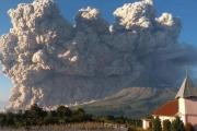 ឥណ្ឌូណេស៊ី៖ ភ្នំភ្លើង Sinabung ព្រួសផេះឡើងលើផ្ទៃអាកាសកម្ពស់ ៥គីឡូម៉ែត្រ (Video inside)